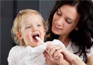 如何让宝宝爱上刷牙 家长帮孩子刷牙正确的姿势