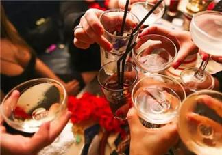 哺乳期能喝酒吗  哺乳期喝酒对宝宝的影响